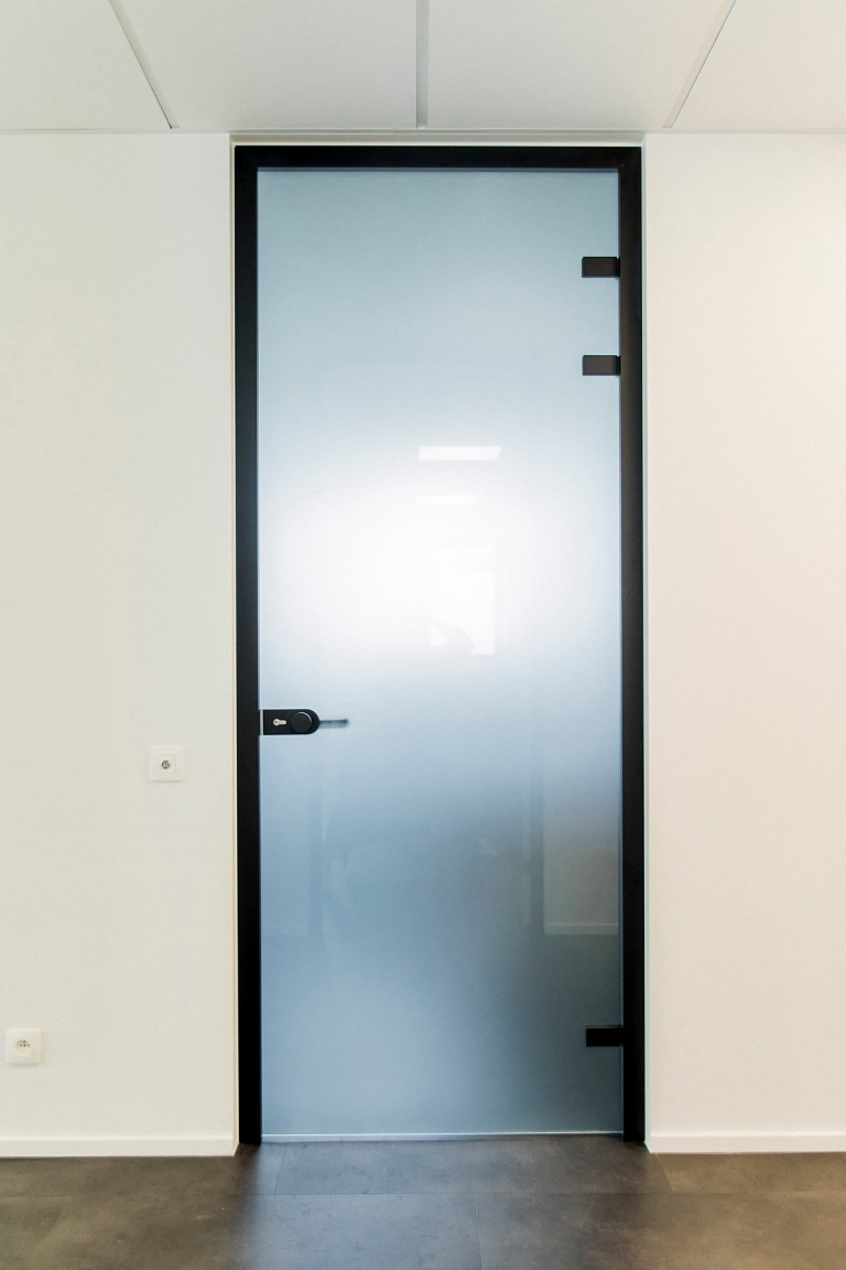 Glazen deur met zwart mat kader Brasschaat
